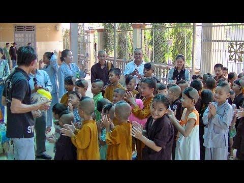 Tặng quà trẻ mồ côi chùa Từ Ân - BRVT