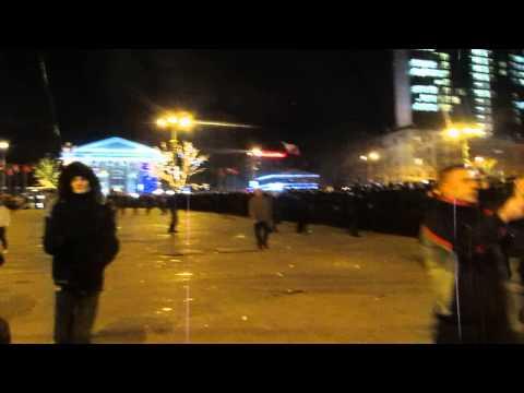 Митингующие за Украину и Россию проходят с флагами. Донецк 13.03.14