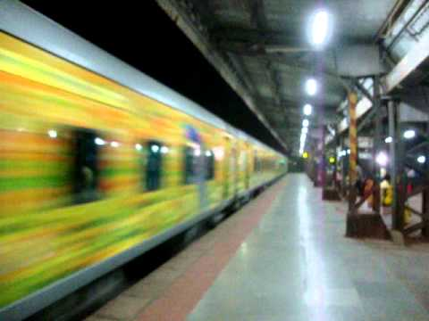 Indian Railways..Night video of Mumbai Central-Indore Duronto express
