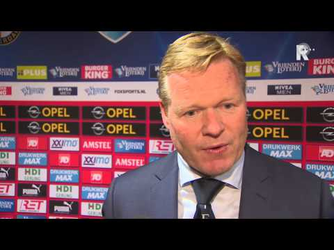 Ronald Koeman in gesprek met verslaggever Jan Dirk Stouten