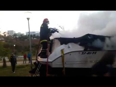 """فيديو:""""غموض""""يلف حريق في إحدى المراكب السياحية بالحسيمة"""