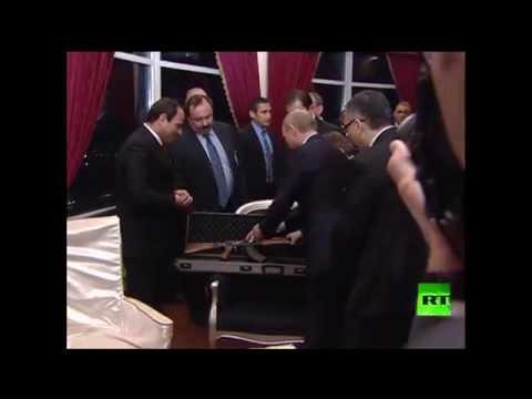 الرئيس بوتين يهدي نظيره المصري بندقية كلاشنكوف