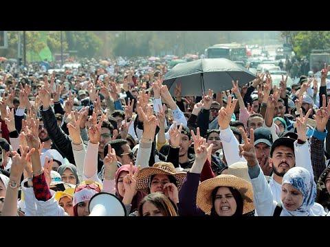 فيديو: الشرطة المغربية تفرق بخراطيم المياه مظاهرة لمعلمين يحتجون على أوضاع العمل…