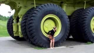 Gila truk ini gede banget, lihat tinggi ban nya jauh lebih tinggi dari 1 orang
