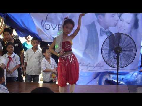 Điệu múa Ali Baba của bé Phượng Anh trong lễ cưới tại-Chàng Sơn-Thạch Thất-HN