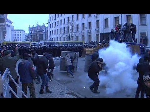 image vidéo إصابة مائة من عناصر الشرطة في مواجهات في العاصمة
