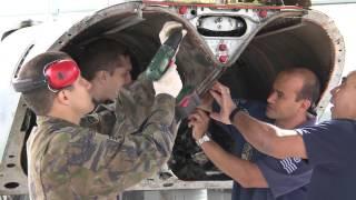 O programa mostra quais as atividades realizadas pelo especialista em Mecânica de Aeronaves e como ocorre a evolução na carreira. Você acompanha, também, como é o trabalho desses profissionais em um esquadrão de caça.