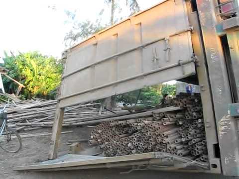 Clip xe chở container lật nhào trên quốc lộ 1A