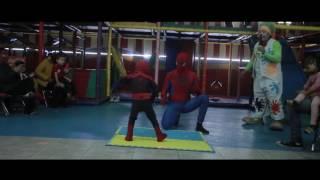Bebé bailando con su padre como Spiderman