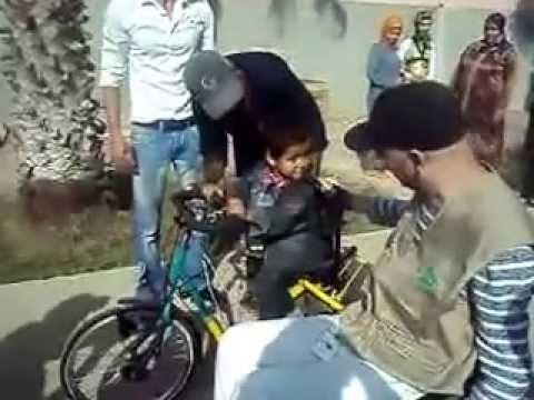 طفل معاق يعبر عن شكره لجمعية السلام الالمانية بطريقته الخاصة