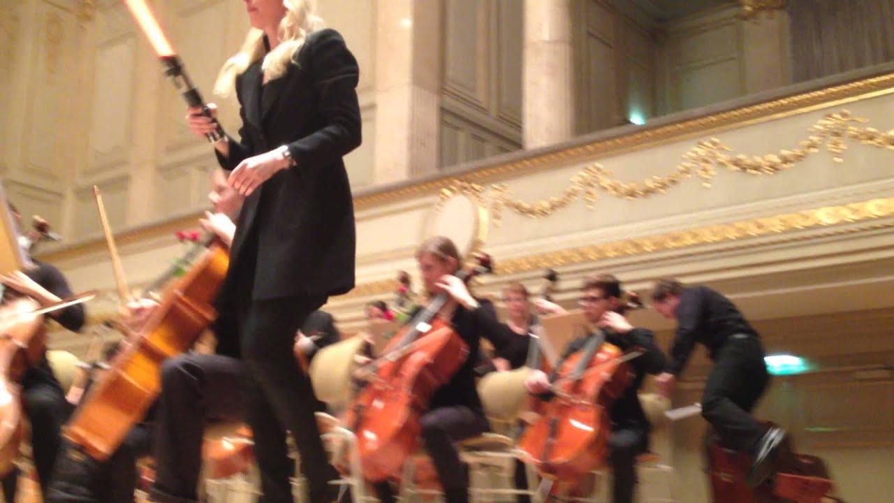 La chef d'orchestre se fait attaquer pendant la marche de l'empereur