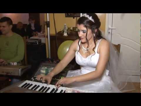 Mlada na svadbi svira gajde - Jasmina Ristic.mp4
