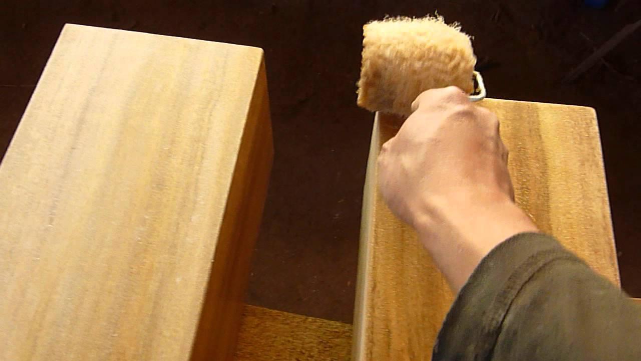 Pintando mueble con rodillo youtube for Como barnizar un mueble de madera con brocha