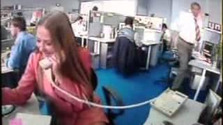 Molesta en la oficina y mira lo que pasa