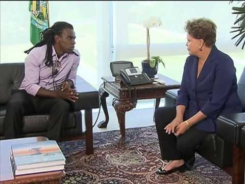 Dilma Rousseff recebe o jogador de futebol Tinga