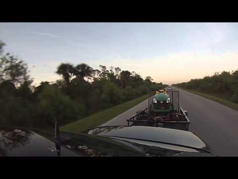 Mercedes-Benz E55 AMG weist Nissan 350Z trotz schwerem Anhänger in die Schranken