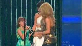 Shakira Receiving An Award By Selena Gomez On Premios