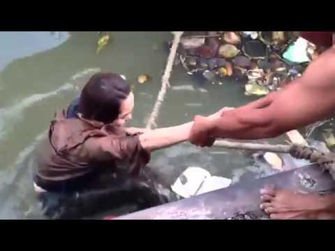 Ca sĩ Minh Hằng ngã lộn cổ xuống sông đầy rác