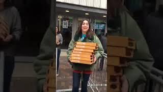 Dua Lipa bought her fans Pizza in Amsterdam