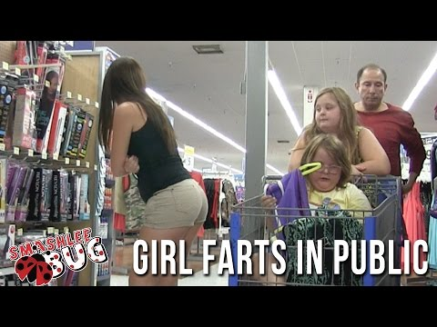 Убава млада девојка ја прави најнеженствената работа во супермаркет
