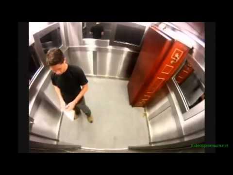 Broma del muerto en ataud del ascensor