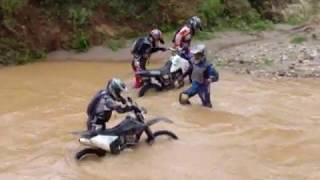 Atravesando rio en moto