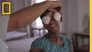 Untuk pertama kalinya 2 anak kaka adik bisa melihat, setelah buta sekian lama