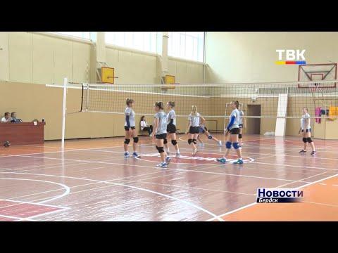"""Вместо пляжного-классический волейбол: в Бердске проходят """"Большие гонки"""" среди молодежных команд"""