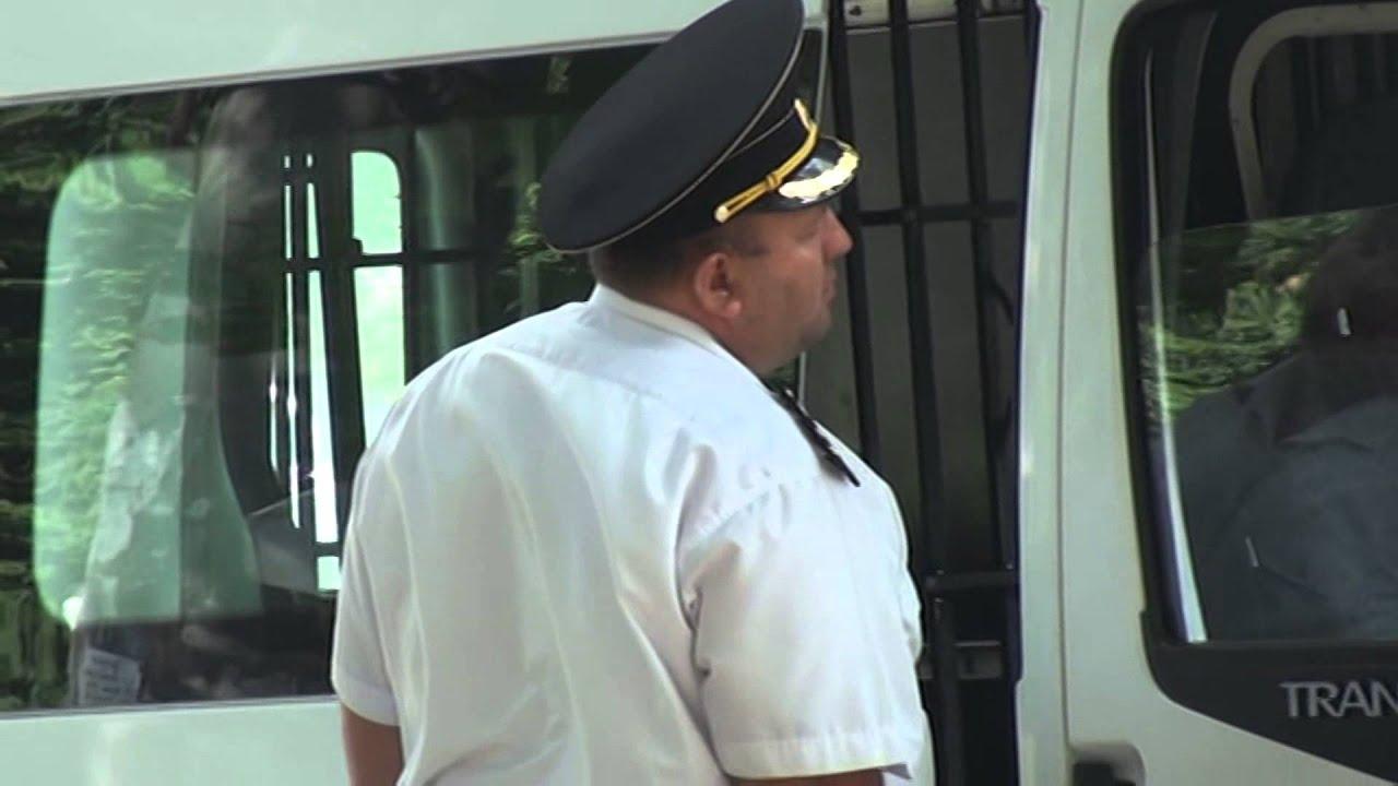 Polițist XXL filmat lîngă Curtea de Apel (Chișinău)