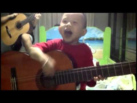 Bé 3 tuổi cầm đàn hát bài