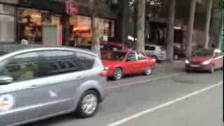 Mașină de diplomați, parcată greșit, în intersecție