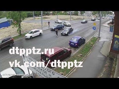 На улице Гоголя после столкновения с пешеходом Лада врезалась в припаркованные автомобили