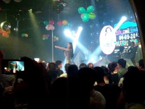 Diễn viên Angela Phương Trinh đi hát quán bar.