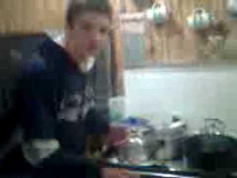 Fabiano ensinando a fazer fogo no fogão a lenha