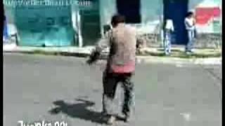 Borracho bailando en la calle
