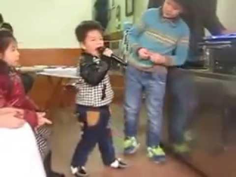 Chiếc khăn piêu- bé Bảo Lâm 3 tuổi