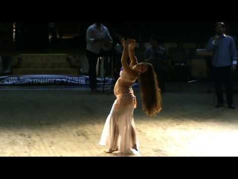 belly dancer Julia Ivanova performing 5 month pregnant :)