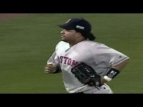 2004 WS Gm3: Manny throws out Walker at home