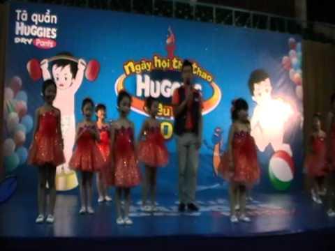 múa Huggies siêu nhí- xúc xắc xúc xẻ