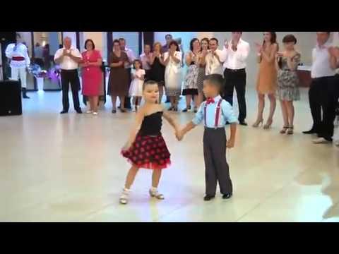 Màn nhảy đẹp mắt của 2 em bé gai xinh dep