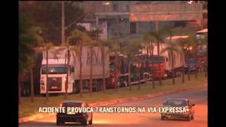 Bandidos em fuga derrubam poste e causam transtornos na Via Expressa, em Contagem