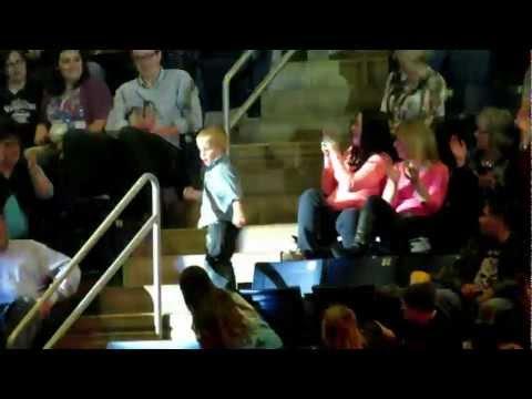 Image video Un petit garçon fait le show dans les tribunes