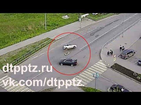В Кондопоге после столкновения опрокинулся легковой автомобиль