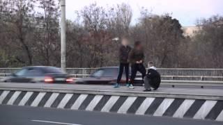 Copii iresponsabili pe viaductul de la Botanica