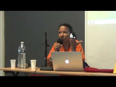 Ama Mazama échange avec le public au sujet de son autobiographie
