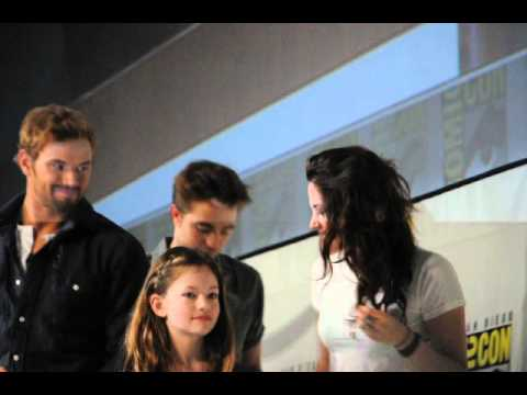 Robert Pattinson, Kristen Stewart, Castmates Pose For Pics At Comic-Con 2012 Panel