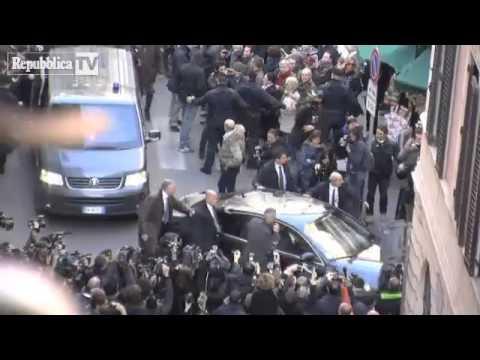 Incontro Renzi Berlusconi - Silvio arriva alla sede Pd la gente urla VERGOGNA (18 Gennaio 2014)