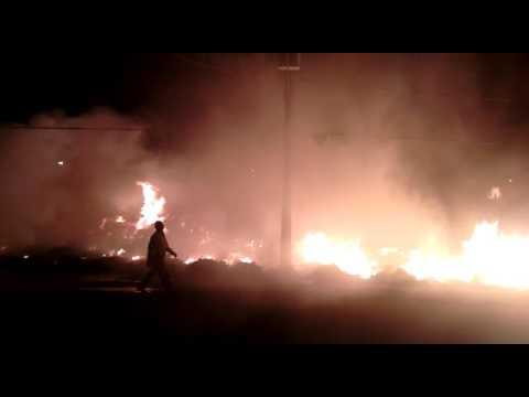 Vídeo Vídeo: Ecoponto no São Carlos 8 pega fogo novamente e vida dos moradores se transforma num inferno