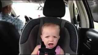 Bebe cantando en el auto