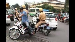 Cảnh sát giao thông truy đuổi ôtô 'điên' như phim hành động ở Hà Nội, Việt Nam